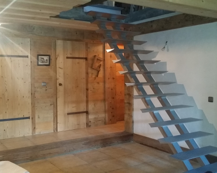 Moderne trap Triangle in een chalet