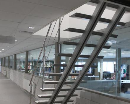 Moderne trap Triangle bij sanitairbedrijf Sax / Florisan