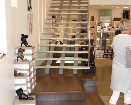 Moderne trap Triangle in een winkel van Heyraud