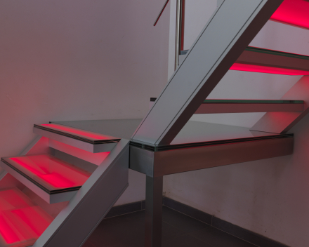 Verlichte trap met glazen treden bij Devloo in Eeklo