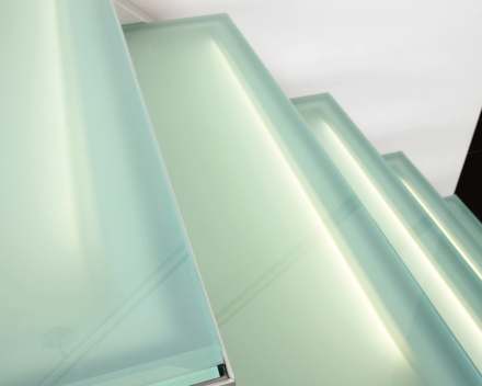 Verlichte trap met glazen treden Dusart in Hoeleden