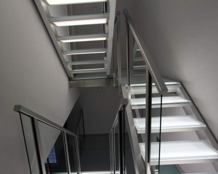 Verlichte trap met glazen treden bij Edward in Luxemburg