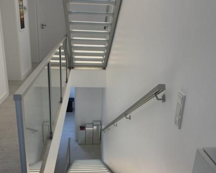 Escalier illuminé avec marches en verre au Luxembourg