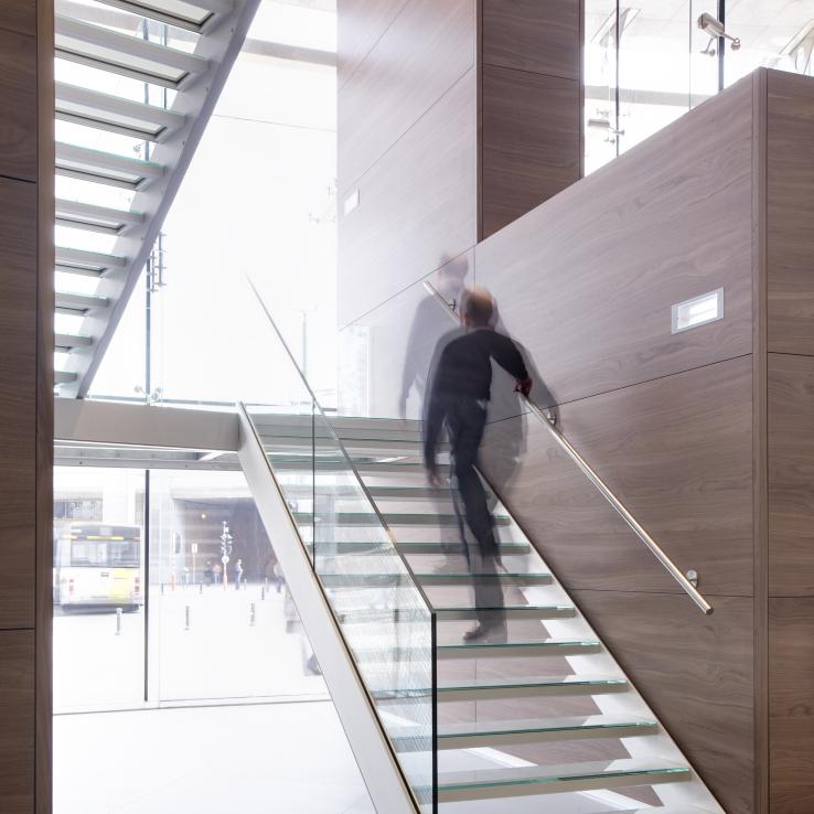 Escalier large en verre chez Boréal à Bruxelles