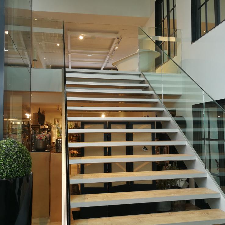 Escalier avec marches en bois dans le showroom de Gaverzicht à Deerlijk