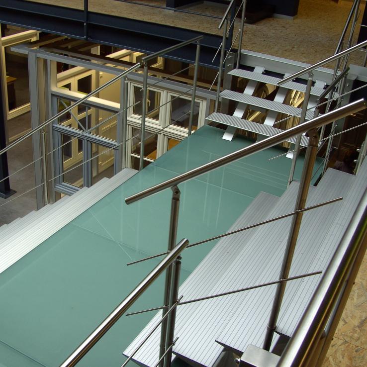 Escalier large Triangle dans l'entreprise Botim