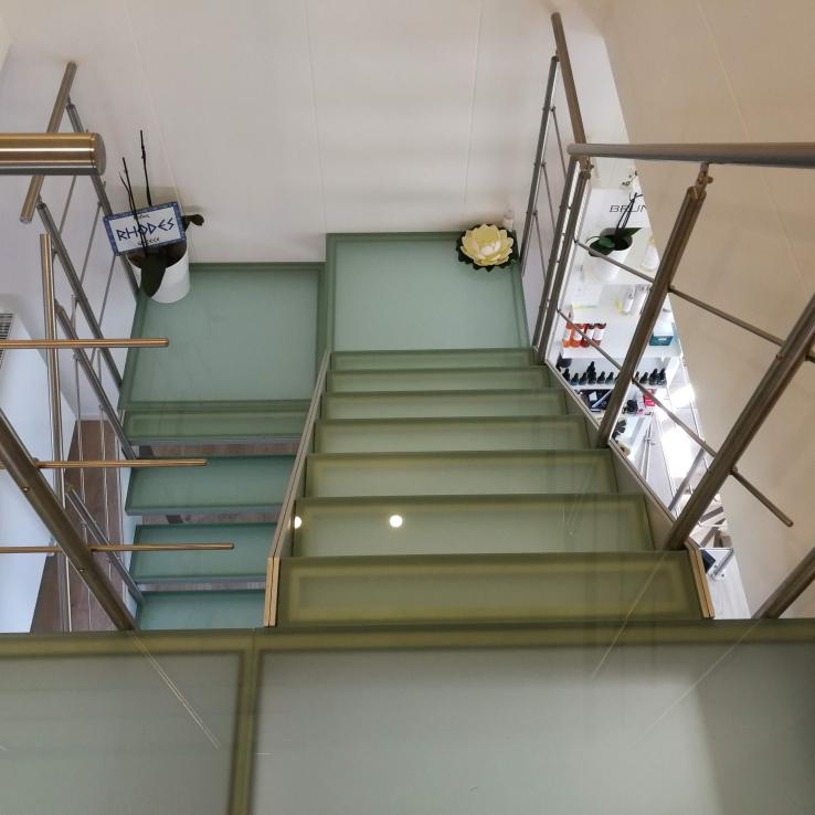 Escalier en verre chez Origine Spa à Jemappes