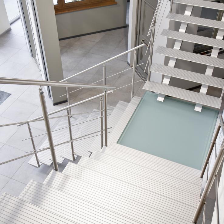 Escalier moderne Triangle dans l'entreprise Callplast