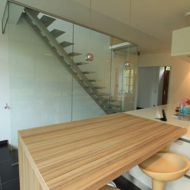 Moderne trap in een keuken
