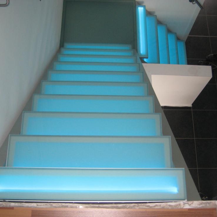 Escalier illuminé avec marches en verre dans le Projet CameleonS1 in Beek