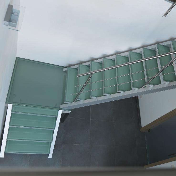 Escalier illuminé avec marches en verre chez Devloo à Eeklo