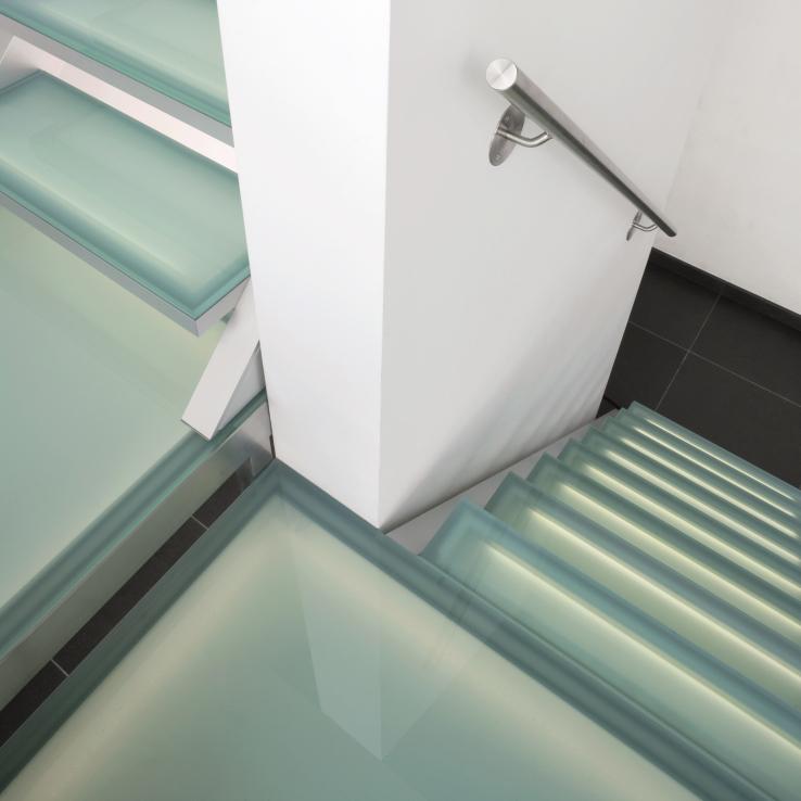 Escalier illuminé avec marches en verre chez Dusart à Hoeleden