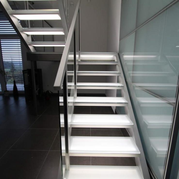 Escalier illuminé avec marches en verre chez Edward in Luxemburg