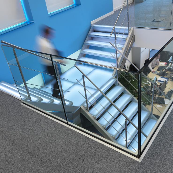 Escaliers illuminés avec marches en verre dans les bureaus de Mainsys